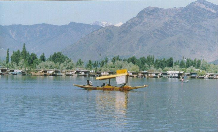 kashmir dal lake Lalarukh group of houseboats offers - budget and deluxe houseboats in dal lake srinagar kashmir,deluxe room,beautiful dallake view houseboats.